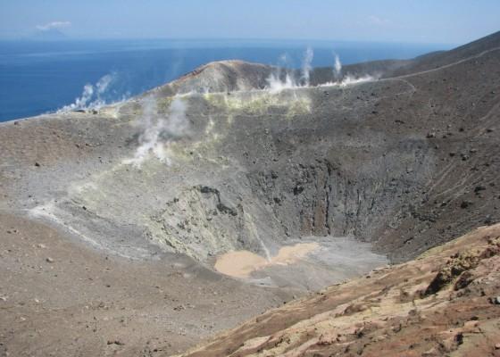 Вулканът на остров Вулкано