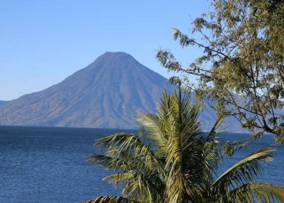 Езерото Атитлан и вулкана Сан Педро