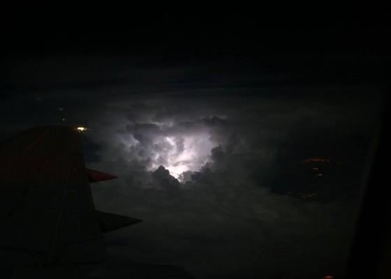 Светкавици, снимани от самолет.
